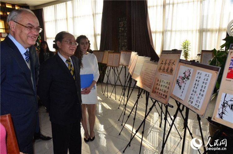 上合组织副秘书长波塔片科与中国外文局副局长王刚毅欣赏选手作品。