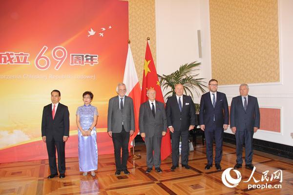 中国驻波兰大使刘光源夫妇与波方代表合影。