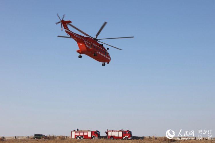 """""""伤员""""搭乘救援直升机飞向医疗点。"""